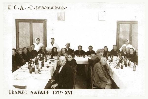 Questa fotografia mostra il refettorio della casa di riposo, in occasione del pranzo di Natale del 1937.